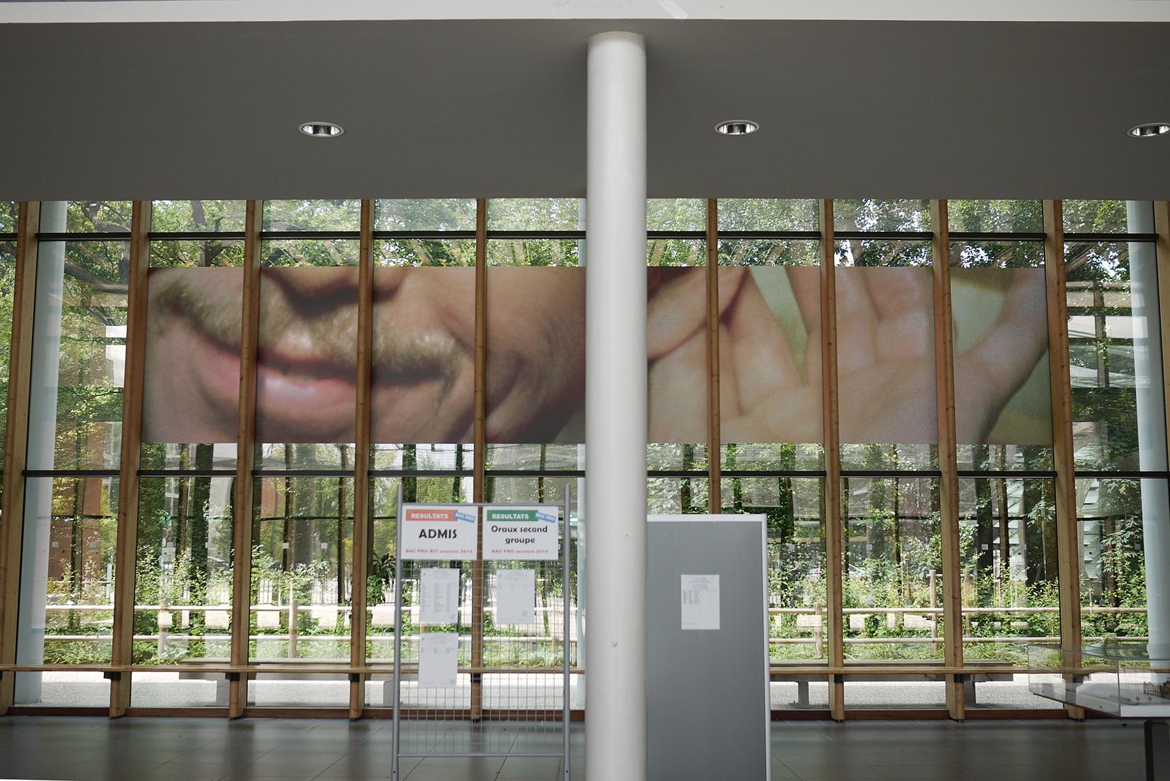 le sourire de V. Havel dans le hall d'entrée